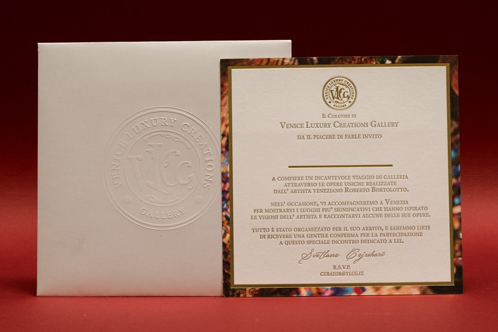 Invito-Evento-su-cartoncino-Cotton-Linen-gr.-600-stampa-bordo-in-digitale-logo-e-fili-in-Hot-Foil-Oro-testo-in-letterpress-busta-con-logo-in-rilievo-a-secco-