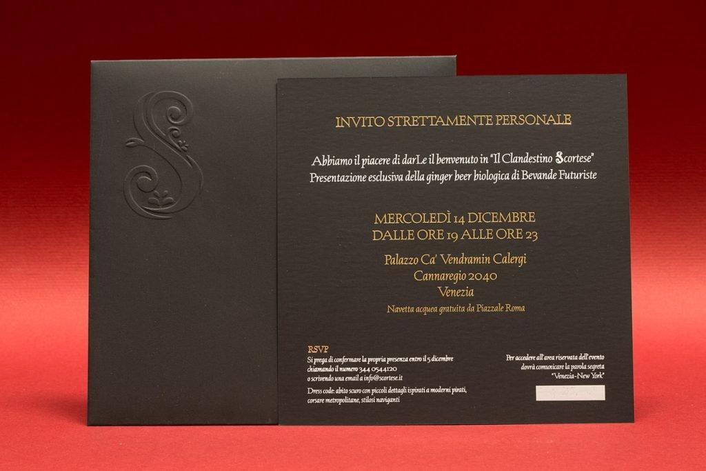 Invito-Evento-su-cartoncino-Soft-touch-stampa-hot-foil-Oro-e-bianco-busta-con-logo-in-rilievo-a-secco-1-1